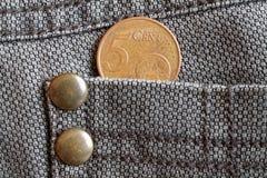 Ευρο- νόμισμα με μια μετονομασία 5 ευρο- σεντ στην τσέπη των παλαιών καφετιών τζιν τζιν Στοκ Φωτογραφία