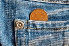 Ευρο- νόμισμα με μια μετονομασία 5 ευρο- σεντ στην τσέπη των παλαιών μπλε τζιν τζιν Στοκ Εικόνες