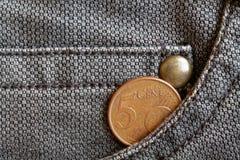 Ευρο- νόμισμα με μια μετονομασία 5 ευρο- σεντ στην τσέπη των φορεμένων καφετιών τζιν τζιν Στοκ Εικόνες