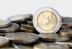 Ευρο- νόμισμα με μια ονομαστική αξία της κινηματογράφησης σε πρώτο πλάνο δύο ευρώ στοκ εικόνες