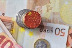 Ευρο- νόμισμα με τη εθνική σημαία της Κίνας στο ευρο- υπόβαθρο τραπεζογραμματίων χρημάτων Στοκ Εικόνες