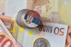 Ευρο- νόμισμα με τη εθνική σημαία της Σερβίας στο ευρο- υπόβαθρο τραπεζογραμματίων χρημάτων Στοκ Εικόνα