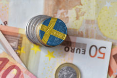 Ευρο- νόμισμα με τη εθνική σημαία της Σουηδίας στο ευρο- υπόβαθρο τραπεζογραμματίων χρημάτων Στοκ Εικόνα