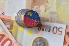 Ευρο- νόμισμα με τη εθνική σημαία του Λιχτενστάιν στο ευρο- υπόβαθρο τραπεζογραμματίων χρημάτων Στοκ Φωτογραφίες