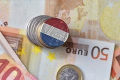 Ευρο- νόμισμα με τη εθνική σημαία των Κάτω Χωρών στο ευρο- υπόβαθρο τραπεζογραμματίων χρημάτων Στοκ εικόνες με δικαίωμα ελεύθερης χρήσης
