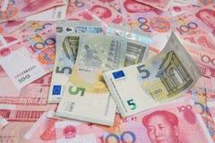 ΕΥΡΟ- νόμισμα στα yuan τραπεζογραμμάτια της Κίνας Στοκ Φωτογραφία