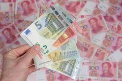 ΕΥΡΟ- νόμισμα στα yuan τραπεζογραμμάτια της Κίνας Στοκ φωτογραφία με δικαίωμα ελεύθερης χρήσης