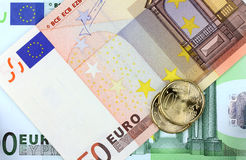 Ευρο- νόμισμα στο ευρο- υπόβαθρο Στοκ Εικόνες