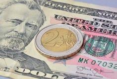 2 ευρο- νόμισμα στο δολάριο Στοκ Φωτογραφίες