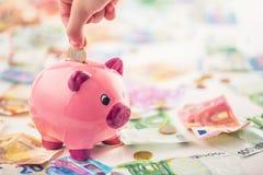 Ευρο- ευρο- νόμισμα τραπεζογραμματίων χρημάτων ευρο- και piggy τράπεζα Στοκ φωτογραφία με δικαίωμα ελεύθερης χρήσης
