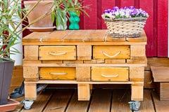 Ευρο- ξύλινο ράφι παλετών με τα συρτάρια Στοκ φωτογραφίες με δικαίωμα ελεύθερης χρήσης