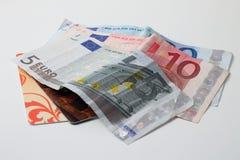 Ευρο- λογαριασμοί και πιστωτικές κάρτες στο άσπρο υπόβαθρο Στοκ φωτογραφίες με δικαίωμα ελεύθερης χρήσης