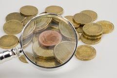 ευρο- πιό magnifier νομισμάτων Στοκ φωτογραφία με δικαίωμα ελεύθερης χρήσης