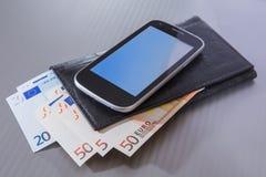 Ευρο- πορτοφόλι και smartphone τραπεζογραμματίων Στοκ Εικόνες