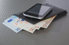 Ευρο- πορτοφόλι και smartphone τραπεζογραμματίων Στοκ φωτογραφίες με δικαίωμα ελεύθερης χρήσης