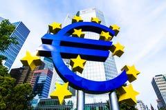 Ευρο- σημάδι μπροστά από τη Ευρωπαϊκή Κεντρική Τράπεζα στη Φρανκφούρτη, Γερμανία Στοκ εικόνα με δικαίωμα ελεύθερης χρήσης