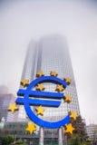 Ευρο- σημάδι μπροστά από το κτήριο Ευρωπαϊκής Κεντρικής Τράπεζας Στοκ Φωτογραφία