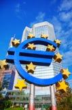 Ευρο- σημάδι μπροστά από το κτήριο Ευρωπαϊκής Κεντρικής Τράπεζας Στοκ Εικόνα