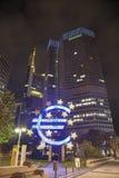 Ευρο- σημάδι μπροστά από το κτήριο Ευρωπαϊκής Κεντρικής Τράπεζας Στοκ Εικόνες
