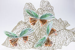 Ευρο- σημειώσεις υπό μορφή πεταλούδων στο διακοσμητικό ακτινοβολώντας φύλλο Στοκ Εικόνα