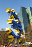 Ευρο- σύμβολο μπροστά από τη Ευρωπαϊκή Κεντρική Τράπεζα Στοκ Εικόνες