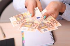 Ευρο- τράπεζα χρημάτων για τον προϋπολογισμό σας στην επένδυση Στοκ Φωτογραφίες
