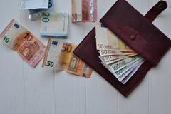 Ευρο- τραπεζογραμμάτια και πορτοφόλι χρημάτων στο άσπρο ξύλινο γραφείο Υπόβαθρο επιχειρησιακών χρημάτων στοκ φωτογραφία