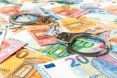 Ευρο- τραπεζογραμμάτια και χειροπέδες μετάλλων στοκ εικόνες