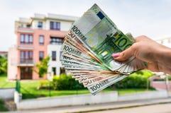 Ευρο- τραπεζογραμμάτια και όμορφο σπίτι αγοράς από την ακίνητη περιουσία agenc Στοκ φωτογραφία με δικαίωμα ελεύθερης χρήσης