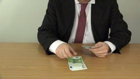 Ευρο- τραπεζογραμμάτια μετρητών χρημάτων αρίθμησης χεριών ατόμων 4K απόθεμα βίντεο