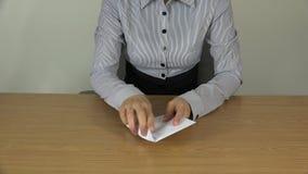 Ευρο- τραπεζογραμμάτια μετρητών χρημάτων αρίθμησης χεριών γυναικών στο φάκελο 4K απόθεμα βίντεο