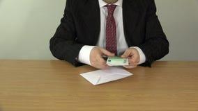 Ευρο- τραπεζογραμμάτια μετρητών χρημάτων αρίθμησης χεριών επιχειρηματιών στο φάκελο 4K απόθεμα βίντεο
