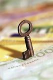 Ευρο- τραπεζογραμμάτια με το παλαιό πλήκτρο. Στοκ φωτογραφίες με δικαίωμα ελεύθερης χρήσης