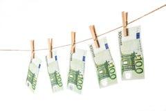 100 ευρο- τραπεζογραμμάτια που κρεμούν στη σκοινί για άπλωμα στο άσπρο υπόβαθρο Στοκ φωτογραφία με δικαίωμα ελεύθερης χρήσης