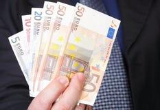 Ευρο- τραπεζογραμμάτια στο αρσενικό χέρι Στοκ φωτογραφία με δικαίωμα ελεύθερης χρήσης