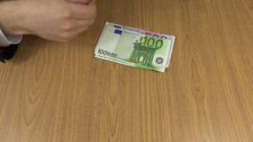 Ευρο- τραπεζογραμμάτια χρημάτων μετρητών αρίθμησης επιχειρηματιών στον πίνακα 4K φιλμ μικρού μήκους