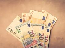 Ευρο- τραπεζογραμμάτια χρημάτων στο κατασκευασμένο σκηνικό Άποψη που τονίζεται τοπ στοκ φωτογραφία με δικαίωμα ελεύθερης χρήσης