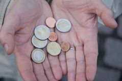 ευρο- χέρια νομισμάτων στοκ φωτογραφίες