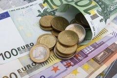 Ευρο- χαρτονομίσματα και νομίσματα (της ΕΥΡ) χρυσή ιδιοκτησία βασικών πλήκτρων επιχειρησιακής έννοιας που φθάνει στον ουρανό Στοκ εικόνα με δικαίωμα ελεύθερης χρήσης