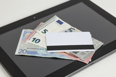 Ευρο- χρήματα, τραπεζική κάρτα, ταμπλέτα Στοκ Εικόνες