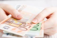 Ευρο- χρήματα τραπεζογραμματίων στα θηλυκά χέρια Στοκ φωτογραφία με δικαίωμα ελεύθερης χρήσης