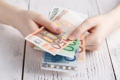 Ευρο- χρήματα τραπεζογραμματίων στα θηλυκά χέρια Στοκ Εικόνα