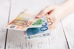 Ευρο- χρήματα τραπεζογραμματίων στα θηλυκά χέρια Στοκ Φωτογραφία