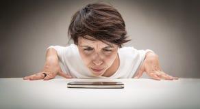 Ευρυγώνιο πρόσωπο μιας γυναίκας που επισημαίνει ένα τηλέφωνο Στοκ Φωτογραφία