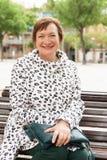 Ευρωπαία ώριμη γυναίκα στην πόλη φθινοπώρου Στοκ φωτογραφία με δικαίωμα ελεύθερης χρήσης