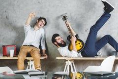 Ευρωπαϊκά άτομα που παίζουν με την κιθάρα στοκ φωτογραφία