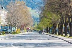 Ευρωπαϊκά εθνική οδός, μικρή πόλη και βουνά στην Αυστρία Στοκ φωτογραφία με δικαίωμα ελεύθερης χρήσης