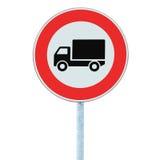 Ευρωπαϊκά κανένα όχημα αγαθών που προειδοποιεί το οδικό σημάδι, απομονωμένη κινηματογράφηση σε πρώτο πλάνο στοκ εικόνες