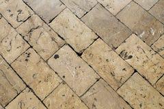 Ευρωπαϊκά κεραμίδια στην οδό της πέτρας ακριβώς στην κορυφή Στοκ εικόνες με δικαίωμα ελεύθερης χρήσης