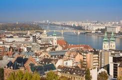 ευρωπαϊκά ορόσημα Πανοραμική άποψη της Βουδαπέστης με τους πύργους κουδουνιών της εκκλησίας και του Κοινοβουλίου του ST Anne ` s στοκ φωτογραφίες